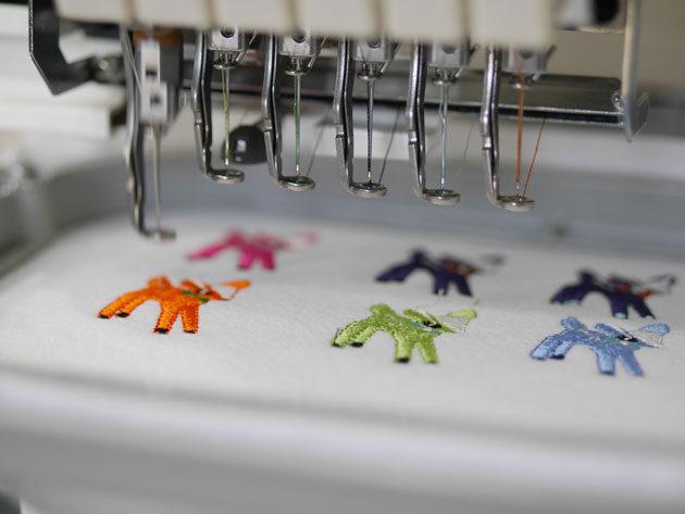 蝶ネクタイの小鹿をPR刺繍ミシンが刺しゅうしている