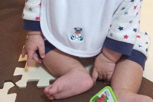 刺繍したスタイを赤ちゃんがしている