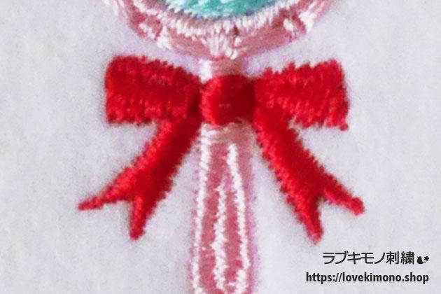 赤いリボンとピンクの柄の刺繍