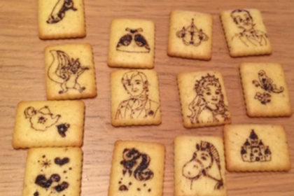 プリンセスがかかれたクッキーが並んでいる