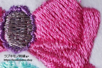 ピンク色のリボンの刺しゅう