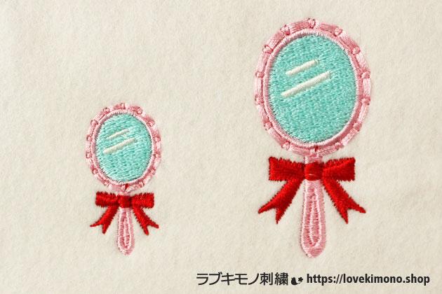 ピンク、赤、水色のかわいい刺繍手鏡が2個並ぶ