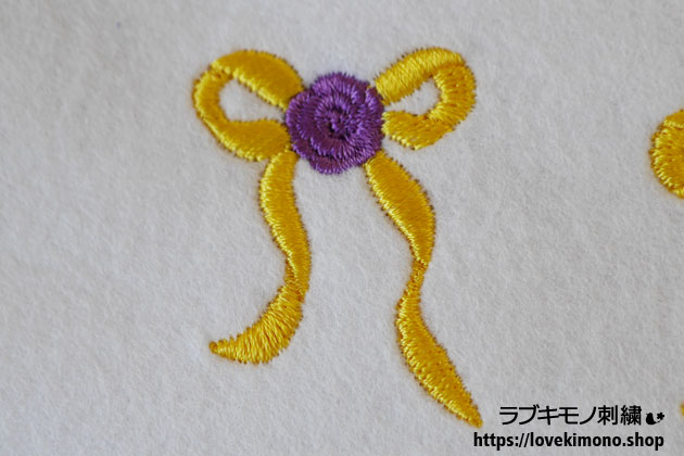 黄色のリボン、ムラサキのバラの刺繍