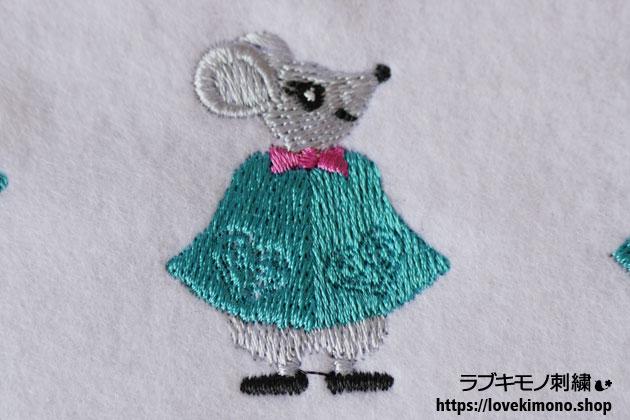 鼠がマントを羽織った刺繍