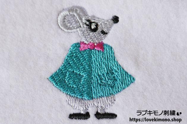コバルトブルーのマントを羽織った鼠の刺繍