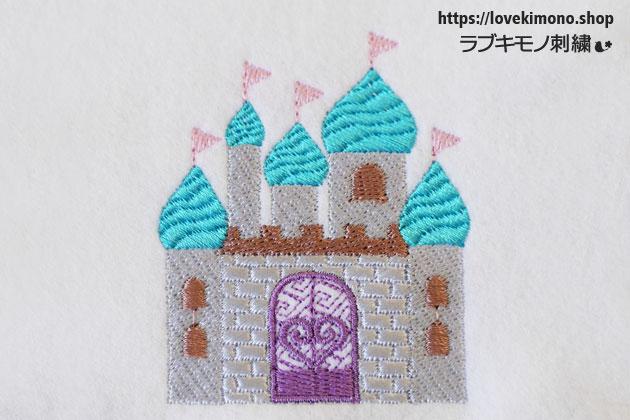 キャッスル、青い屋根、ピンクの旗がたつお城の刺繍