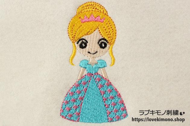 ドレスを着た笑顔のシンデレラの刺繍