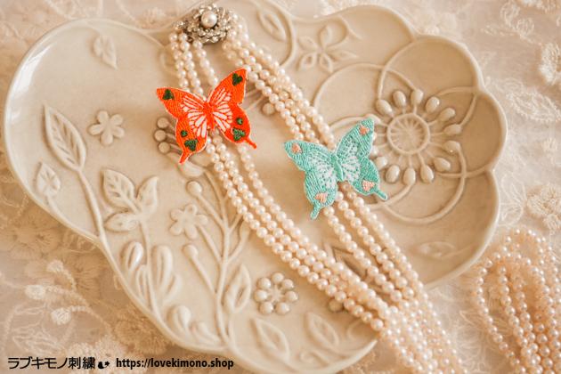 蝶の刺繍と真珠のレックレス