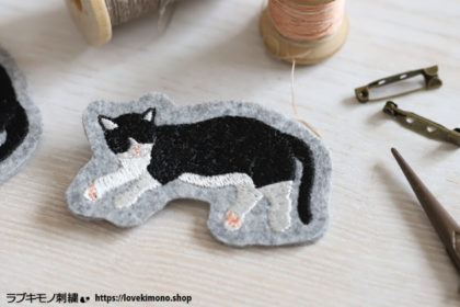 ハチワレ猫の刺繍ブローチを作ってみました