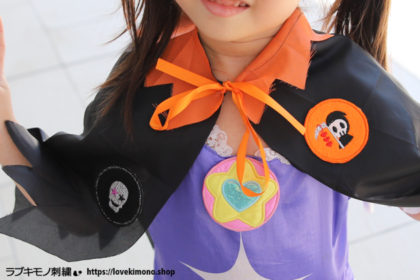 ハロウィン刺繍ワッペンで、セリアの100円マントが個性的な仮装コスチュームへ早変わり